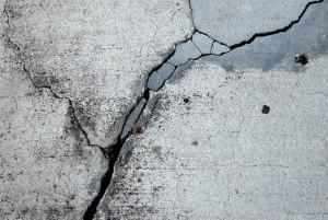 Трещены в бетонном покрытии