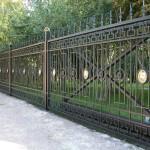 Металлический забор с кованым орнаментом