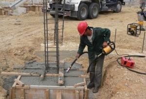 Использование вибратора для бетона