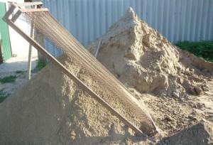 Подготовка песка для изготовления бетона - просеивание